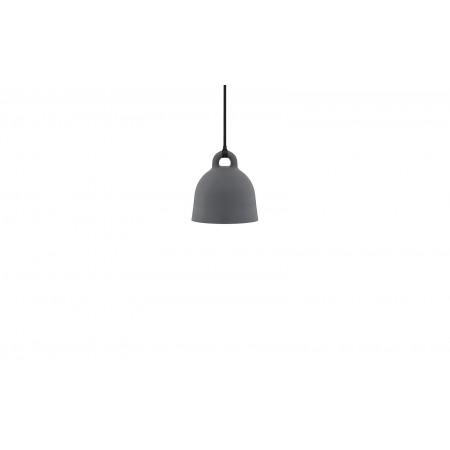 Normann - Bell Lampe X-Small EU - Grå. Bell lampen i hvid og sort har matchende stofledning og baldakin. Bell lampen i sand har brun stofledning og hvid baldakin. Bell lampen i grå har en sort stofledning og baldakin. Leveres med 4 m. stofledning.  Materi